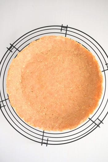 こちらのレシピ、材料はなんと3つだけ。市販のビスケットとバター、牛乳があればできちゃいます♪調理時間は15分!あとは冷やすだけでOK。また、焼いてサクサク生地にすることも可能です。