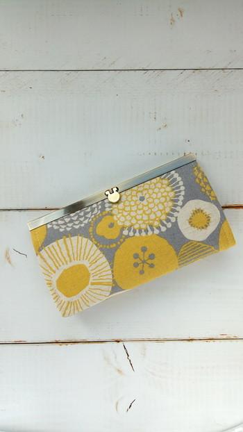 ほぼ毎日使うものだから、ちょっとほっこりする、かわいいデザインの長財布を選ぶのも素敵ですね。  こちらは、ハンドメイドサイト「creema」で発見。つむじろう さんという作家さんが作った「北欧風がま口財布」。北欧風という名の通り、北欧らしい花柄のテキスタイルが楽しめる作品です。  クラッチバックのような印象も放ち、かわいいのに、おしゃれですね。