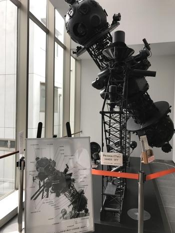 渋谷「東急文化会館」で44年に渡って親しまれ、2001年に閉館した「五島プラネタリウム」に代わる存在として2010年にオープンした同館。 ロビーには「五島プラネタリウム」時代のカールツァイス社製IV型第1号投影機が展示され、懐かしそうに見入るシニアの姿も。