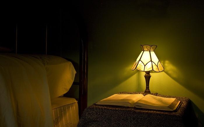ステンドグラスの光と影は幻想的な雰囲気を作り出してくれるので、それだけで絵になりますね。