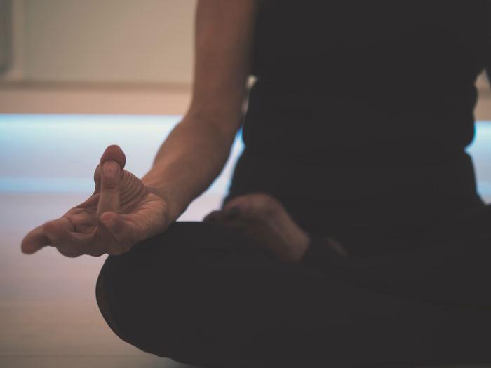 穏やかな音楽を聞きながら、薄暗い部屋の中で集中しながら…。瞑想することで、自分自身と向き合います。心も体も穏やかになるので、すぐに眠りにつくことができます。 難しい技などは必要なく、座禅を組むだけで、誰にでもすぐに出来る方法です。