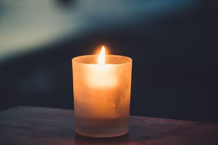 キャンドルの火の揺らめき。一つとして同じ動きはなく、見ているだけでぼーっと出来ます。人間は、真っ暗ではなくほんの少しあるあかりが、本能的に安心感を覚えるもの。ほのかなあかりを効果的に作り出し、ゆったりとした就寝前のひと時を楽しみましょう。