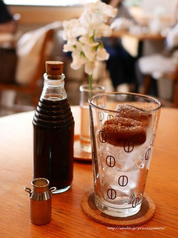 グラスの中にある氷までコーヒーでできたカフェグラッセ。瓶に入った濃いめのコーヒーを注いでいただきます。豆の形をしたコーヒーの氷は、氷で薄まってしまうのを防ぐのはもちろん、見た目の可愛さから思わずオーダーしたくなっちゃいます!