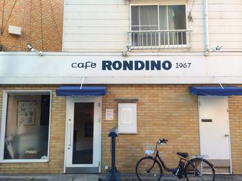 鎌倉駅西口より、徒歩約1分というアクセス抜群な「ロンディーノ」。ホワイトとブルーがポイントになっている、おしゃれな煉瓦造りのお店です。看板にあるとおり、創業は1967年。地元の人に愛される老舗の名店です。