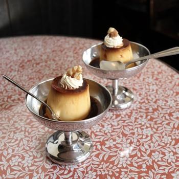 ミルクホールといえばこちら!自家製プリン。柄のテーブルに映える、レトロ可愛いビジュアルはもちろん、味も抜群なのです。
