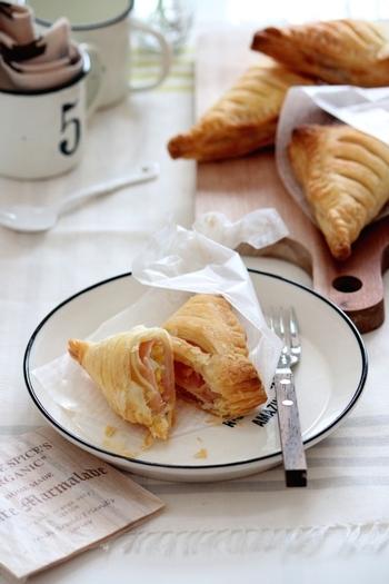 お食事系のパイは、ウインナー以外にもいろいろありますよ。こちらは、卵とハムをパイ生地で包んだレシピ。持ちやすく食べやすい三角の形です。パーティー料理のほか、朝ごはんやお弁当などにも活躍してくれます♪