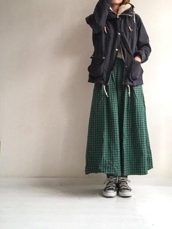 裏地がボア素材になっているジャケットは、秋冬にぜひ取り入れたいアイテムの一つ。アウターに黒を選んだら、ボトムは色や柄が華やかなものにしてみて。丈の長いスカートなら、大人っぽさも演出できます。