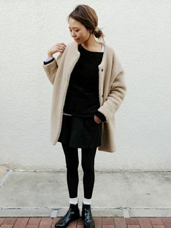 黒タイツだけだと、なんだか足元が寂しい…そんな現象が起こりがちな冬だからこそ、靴下を活躍させちゃいましょう。防寒としても魅力的ですが、足元が引き締まるのも靴下ならではの効果です。