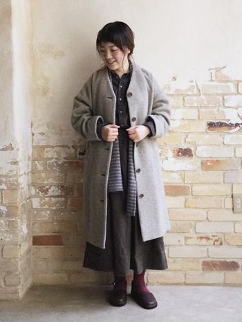 首元は寒さを感じやすいので、肌寒いときは、ストールやマフラーを1枚入れてあげましょう。コートの中に仕込んで垂らすだけでも暖かさは違いますし、おしゃれ度もアップ。