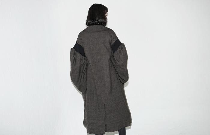 オーバーサイズのチェスターコートは数多く出ていますが、こんな独特のデザインもあります。袖コンシャスがかわいいデザインのコートは、部屋に入っても脱ぎたくなくなりそう。