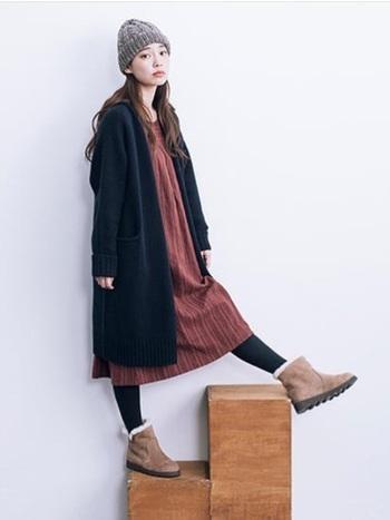 冬場の寒い時期に大活躍するのがムートンブーツ。ムートンブーツは、保温性が高く暖かいだけでなく、湿気を逃してくれるのでムレにくいのが特徴です。脚が太く見えるかも…?とお悩みの方は、履き口にゆとりのあるものをチョイスしましょう。