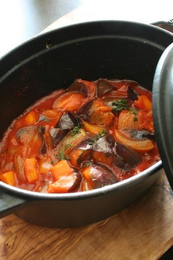 手軽にできて華やかになるフランス料理の代表格、ラタトゥイユです。南仏ニースの郷土料理ですが、そのまま食べても、付け合わせにしても、ソースとして使っても万能です。作り置きにも便利な料理です。 旬の野菜をたっぷり使った、野菜のうま味がぎゅっとつまったレシピです。