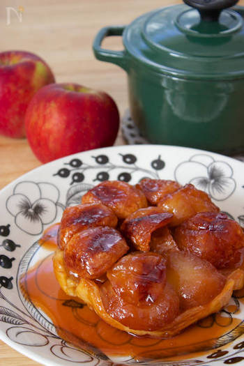 どんなにリッチな前菜やメインディッシュでも、フランス人にデザートは欠かせません。こちらはフランス人にはおなじみのアップルパイ。でもタルトタタンはアップルパイと違い、パイ生地を最後に被せて焼いて、ひっくり返して食べるのが特徴です。
