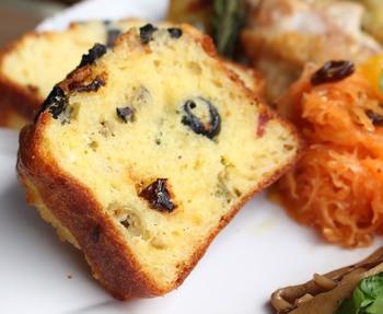 cake salee(ケークサレ)は直訳だと塩味のケーキ、つまりはおかず風になるケーキということです。パウンドケーキのように甘いスイーツではなく、野菜やチーズ、肉などを混ぜたものです。ちょっとしたおやつや、ランチ、朝食などにぴったりの軽食です。