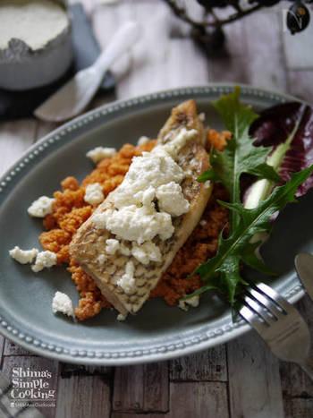 舌平目のムニエルは、誰もが耳にした事の有る、フランス料理の有名なメインディッシュの1つです。フランス料理のメインディッシュは肉か魚を選ぶことが多いですが、こちらは鯛のムニエルです。フランス料理らしく、ハーブをたくさん使用し、クスクスも添えてみました。