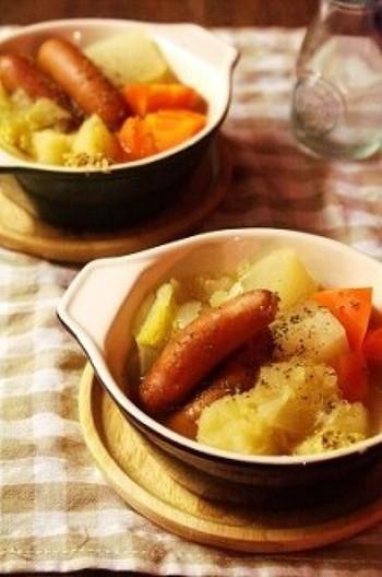 ポトフ(pot-au-feu)はフランス語で火にかけた鍋、という意味です。その名の通り、ゴロゴロ大きめ野菜と、ベーコンやソーセージを煮込むだけの、簡単お手軽レシピです。寒い時期にぴったりのフランス風鍋料理は、じっくりコトコト、ゆっくり煮込んでくださいね。