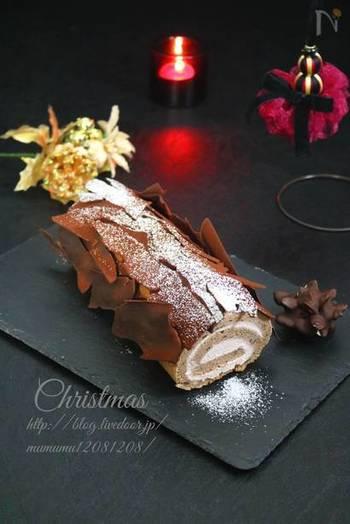 フランスのクリスマスには欠かせない、ブッシュ・ド・ノエル。クリスマスの丸太ですね。ロールケーキを焼いて、あとは丸太っぽくなるように、クリームなどで装飾するだけ。 こちらは薄いチョコレートを貼り付けるタイプですが、簡単なのに丸太っぽさがよりリアルに再現できています。