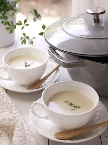 ビシソワーズ(じゃがいもの冷製スープ)はフランス料理の前菜の定番です。冷たいままでも、これからの季節は温めても美味しくいただけ、食欲を掻き立てます。