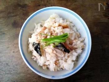秋から冬にかけて旬をむかえる秋刀魚。 秋刀魚と言えば、焼き魚が定番ですが、土鍋ご飯にしても美味しく頂けます。秋刀魚とご飯の香ばしいお焦げがたまりません。スーパーで美味しそうな秋刀魚を見かけたら、是非、作ってみて下さいね!