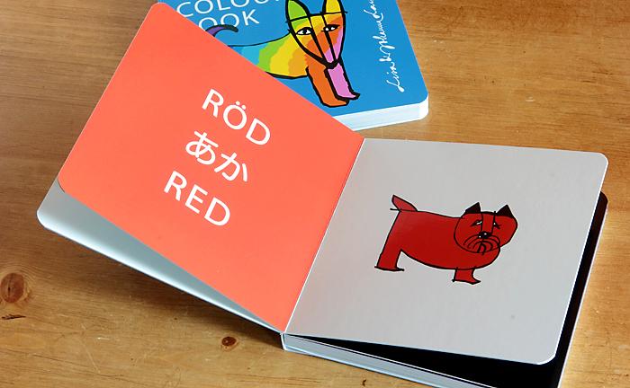 1ページめくるごとに11色のさまざまな犬たちがユーモラスに描かれていて、お子様と一緒に楽しく色とその言葉を学ぶことができるようになっています。また、しっかりと厚みのある紙を使い、赤ちゃんがしゃぶったり投げてしまってもへっちゃらのタフな仕様になっています。手のひらサイズで、マザーズバッグに入れやすいのも嬉しいポイントです。