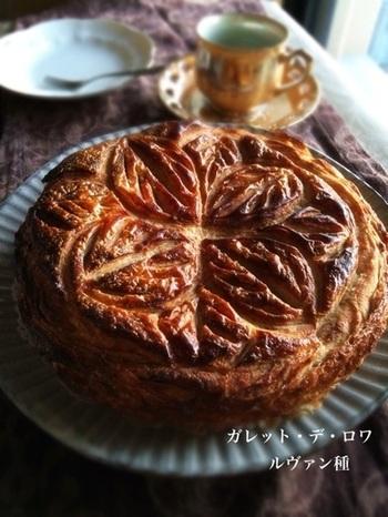 フランスのお正月が明けたら、ガレットデロワの季節です。見た目はシンプルですが、ほのかに甘いアーモンドパウダーがとっても癖になる、美味しいパイ菓子です。ガレットデロワの中に小さい陶器のお人形を入れて、当たった人がロワ(王)になります。その年の運勢を占います。