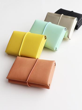 ステッチを使わない、折り紙のように折りこんで使う「シームレスミニウォレット」も人気です。  無駄のないシンプルデザインが特徴的。イエロー、ミント、シルバーと、しぶくない、かわいい色合いが良いですね。