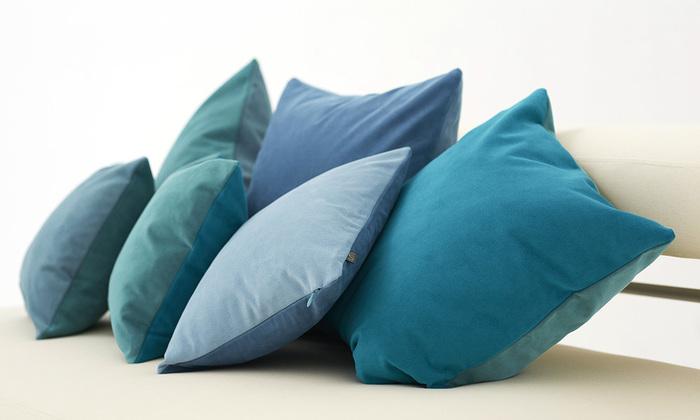 ブルーやグリーンでもいろいろな色合いが楽しめるクッションです。何個か置いておくだけで、くつろげそうですね。