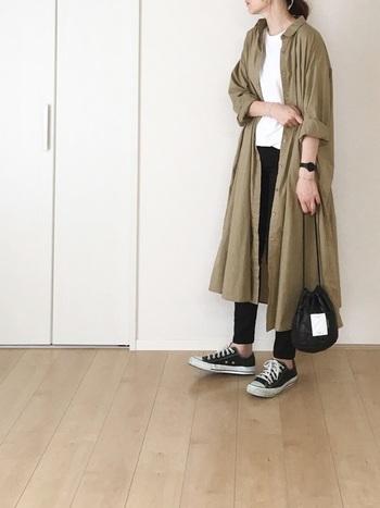 こちらは優しい色合いのシャツワンピースに、黒スキニーを合わせたシックなカジュアルコーデ。白×ベージュ×黒の上品な配色が素敵ですね。ライトアウターとしても活躍するシャツワンピースは、秋に活躍する定番アイテムです。いつものコーディネートにさらりと羽織るだけで、おしゃれな雰囲気に仕上げてくれますよ。