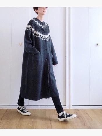 """黒×グレーのシックなワントーンに、少量の""""白""""を効かせたおしゃれな配色が印象的です。ノルディック柄のカーディガンをポイントにした、シンプルでナチュラルな着こなしも素敵ですね。シャツワンピースやアウターをカーディガンに重ねて、色々な着こなしが楽しめそうです。"""