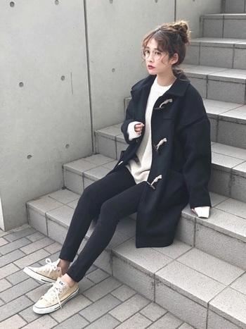 暗くなりがちな黒×ネイビーの組合せも、白をポイントにすることで明るく爽やかな印象に。ゆったりしたシルエットのニットとコートを組み合わせた、ナチュラルで女性らしい着こなしがおしゃれな雰囲気です。