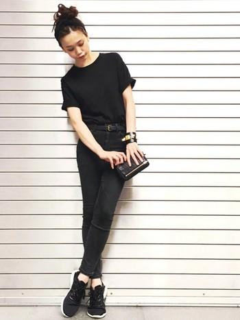 夏定番のベーシックなTシャツも、黒スキニーを合わせることで旬な着こなしを楽しむことができますよ◎。こちらはTシャツからバッグまで黒で統一した、クールな雰囲気のオールブラックコーデ。トップスをインしたコンパクトなシルエットも、シックでおしゃれな雰囲気ですね。