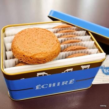 フランスの伝統的な高級発酵バター「エシレバター」を使ったお菓子やパンが並ぶ「エシレ・メゾン デュ ブール」。  手土産におすすめなガレットとサブレ。 エシレバターを100%使用したサブレは、リッチな味わいとサクサクとした食感。 ガレットは他にはない滑らかな食感で、ひとたび口に入れると溶けて、口いっぱいにバターの風味が広がります。