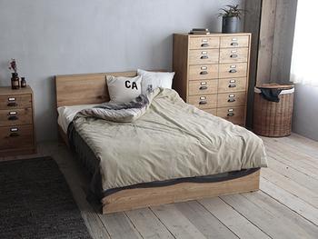 ベッドの配置、どうしていますか?よく見られるのが、窓際にぴったりと付けている配置です。  すっきりとしたインテリアに仕上がりますが、窓から入る冷気で体を冷やしてしまったり、結露で寝具が濡れてしまったりと睡眠環境としては不向きな点も。