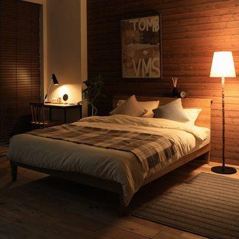 温かみのあるアンバーな照明は、リラックス感のある空間を演出します。温かな光に包まれていると、心までほぐれてきそう。