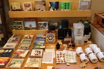 お店にはマスターが焙煎したコーヒー豆や、コーヒーを淹れるツール、ディモンシュオリジナルのグッズ、音楽好きのマスターならではのCDなども並びます。食べもの以外もお見逃しなく。