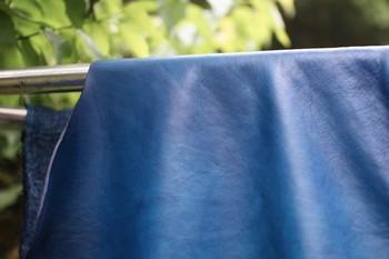 琉球藍で一枚一枚丁寧に染色した、革の藍染製品を展開する「enku」。 染めては乾かしを何度も繰り返し、時間をかけて発色のよい藍染め革を生み出しています。