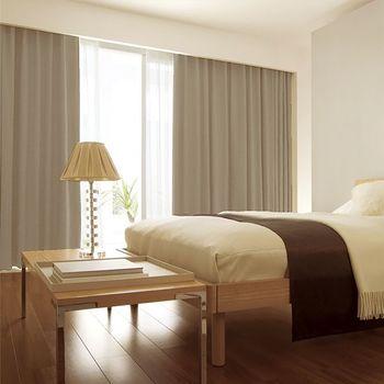 快適な睡眠環境をつくるためには、窓から入る冷気をできるだけシャットアウトするのがポイントです。  カーテンは厚手と薄手の二重に。倒れないように気をつければ、窓とベッドの間にパーテーションを設置して、壁を1枚はさむのも良いですね。