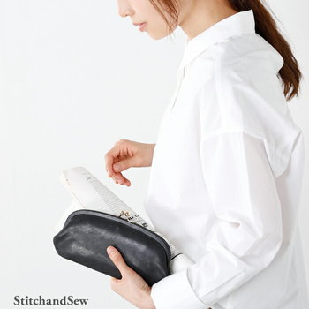 """おすすめしたいのは、まるで、クラッチバッグのようながま口財布。""""よくあるがま口財布のイメージ""""とは異なり、洗練された空気を纏います。 毎日のランチタイムの町歩きが、きっと楽しくなるはず*"""