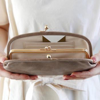 内側には、さらに小銭用のがま口が2重で付いていて、このデザインも可愛いですね。  ゆったりと入るカードポケットも豊富ですが、パンパンに入れるのではなく、すこし余裕を持たせて使うと◎ 本当のクラッチバッグのように、ずっときれいに扱いたいお財布です。