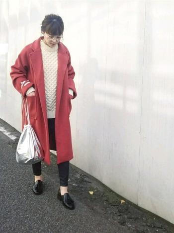 シンプルな冬のコーディネートも、コートの色をアクセントにすることで、華やかで女性らしい着こなしに。こちらのコートは、温かみのある上品な色合いが素敵ですね。クラシカルな雰囲気のローファーやメガネ、シルバーのバッグなど、おしゃれな小物使いもポイントです。