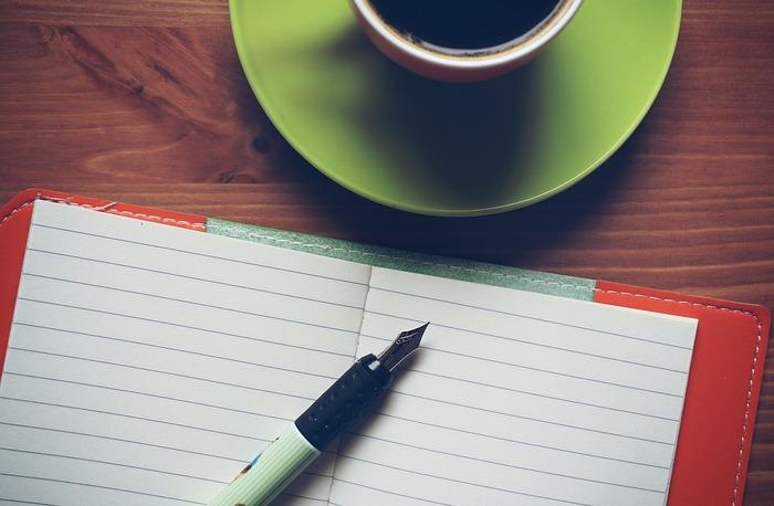 天声人語の書き写しノートは、通常版のほか、美文字版、脳トレ版など大人が取り組むのに面白いようにつくられているものもあります。もちろん、こうした専用ノートがなければできないというものではありません。お気に入りのノートにお気に入りの新聞コラムを書き写していくだけでも効果がありますよ。