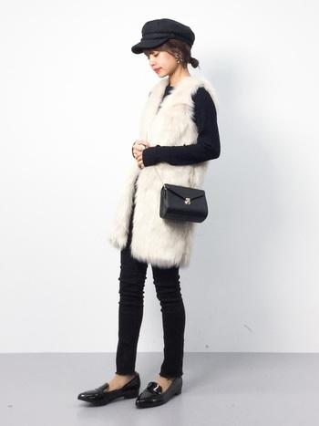 ふんわりと温かい素材感が魅力のファーベスト。普段のコーディネートに取り入れるだけで、より鮮度の高い着こなしを楽しむことができますよ。可愛いファーベストが目を引くこちらのコーディネートは、白×黒のモノトーンの配色が大人っぽい雰囲気で素敵ですね。