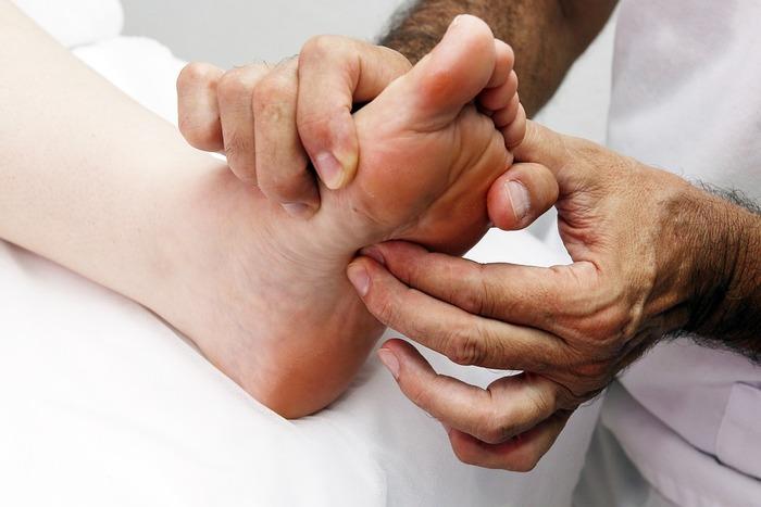 ■腎臓→輪尿管→膀胱→肛門 まずは、どのつぼを押す前にも、この4つの部位を押し流します。足裏マッサージでは、老廃物を出すのが目的なので、尿や大便などと関係のある反射区から押していきます。そうすることで、足裏マッサージが終わった後に、老廃物を排出させようとの試みからなのです。この定番のコースを、足裏マッサージの前後に行うことが大切です。腎臓の部位は、勇泉のスグ下です。上の図を見ながら押してみてくださいね。