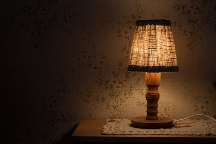 寝る前のひとときにリラックス。照明や小物で作る素敵なベッドサイド
