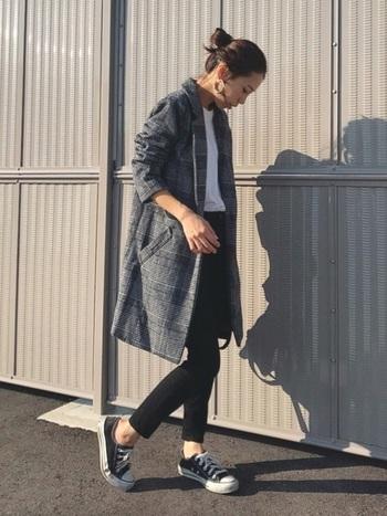 普段のコーディネートに取り入れるだけで、秋らしい着こなしが決まる「チェックジャケット」。タイトな黒スキニーと、ロング丈のジャケットのバランスがおしゃれな雰囲気ですね。足元はスニーカーを合わせてカジュアルダウンさせるのも、ジャケットをおしゃれに着こなすポイントです。