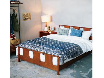 ベッドルームもファブリックを白とブルーにして爽やかに。ヴィンテージのような落ち着きあるベッドフレームとのコントラストが素敵。