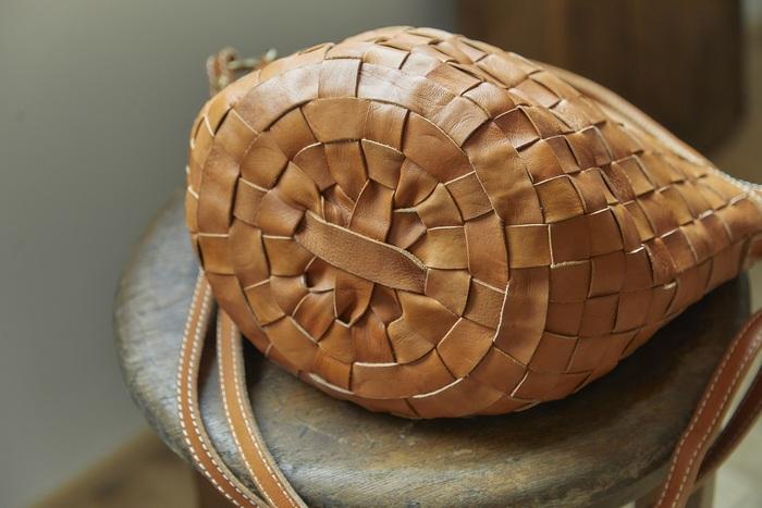 底は丸く、ころんとした形のバケツ型。底までかごのように編みこまれています。