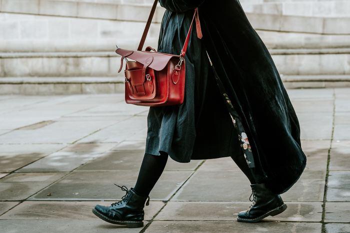 その他にも日常生活で「靴下を立ったまま履けない」「よくつまずく」「電車やバスで何かに掴まらないと体がグラグラする」という人も、体幹が衰えている可能性が高いので要注意です。