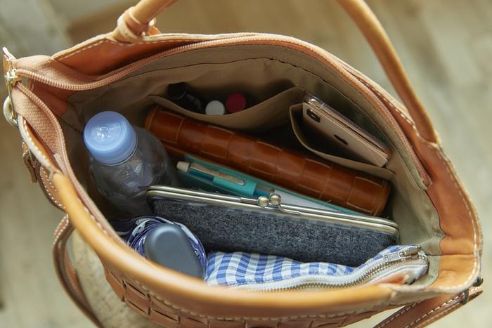 底が大きいため、見た目よりも収納力たっぷり。 ペットボトル、折りたたみ傘、長財布などのちょっとかさばる物も持ち運べます。