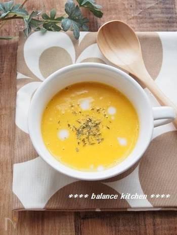 材料は、調味料を合わせて3つ。しかもレンジでできる超簡単スープ。水を加えないので、甘さも濃厚。いまの季節特においしいかぼちゃの味をしっかりと楽しめます。